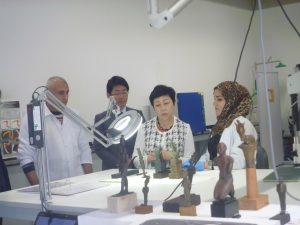 Vice-President Yanagisawa Kae listening about conservation for Metal objects